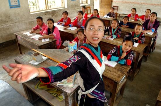 3 凤桂鲜,在春蕾计划的帮助下,她和十余名女童成为全村有史以来第一批上学的女孩子。毕业后,她回到家乡,成为全县第一位红瑶