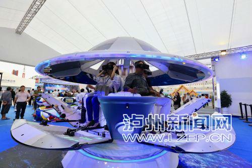 市民体验VR设备 泸州日报记者 牟科 摄