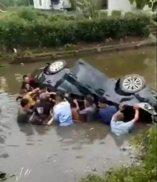 """车辆坠河多人被困 南通启东村民""""组团""""施救"""