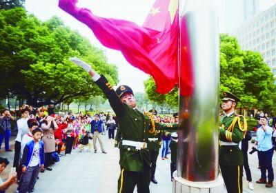 南京鼓楼广场举行升国旗仪式 众多市民前来观看