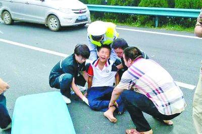 交警步行5公里疏通道路救人