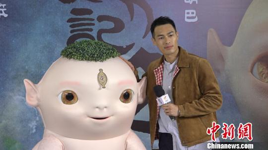 杨�v宁(右)携手胡巴亮相上海。 康玉湛 摄