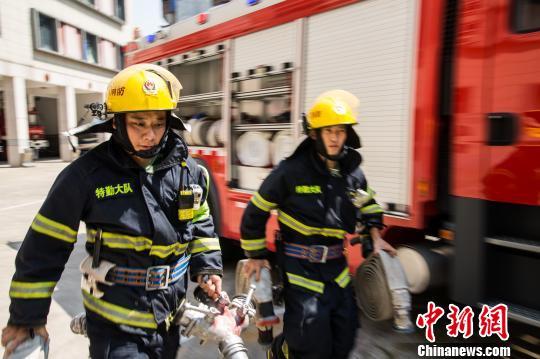 """十九大代表涂颜淼:坚守基层26年的消防""""兵王"""""""