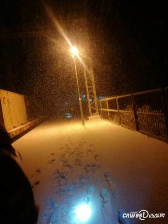 路职工连夜清扫道岔积雪图片