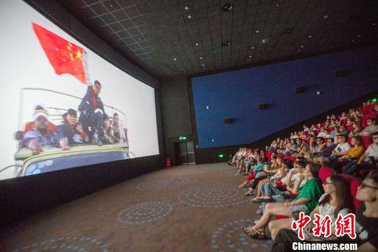影片中冷锋(男主角)举着中国国旗安全通过交战区。 张云 摄