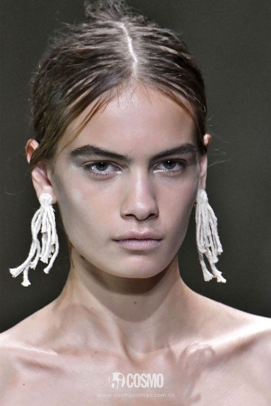 hbz-ss2018-jewelry-runway-christopher-kane-gettyimages-849816406-1505840076