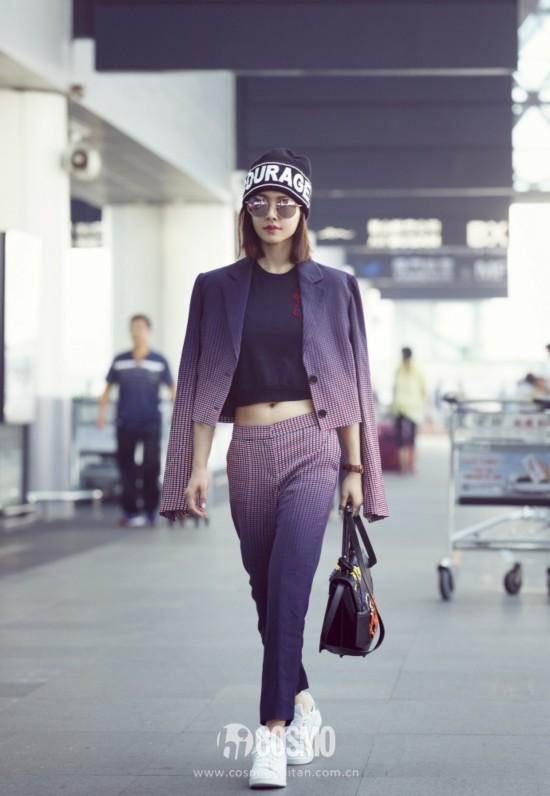 蔡依林 出发前往米兰时装周。她以 Versace 秋冬紫色格纹短版背心