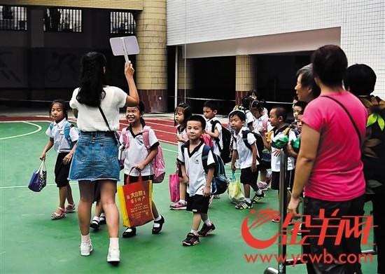 试点学校下午放学时,未参与校内托管的学生井然有序离开学校