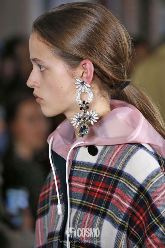 hbz-ss2018-jewelry-runway-burberry-gettyimages-848878698-1505840076