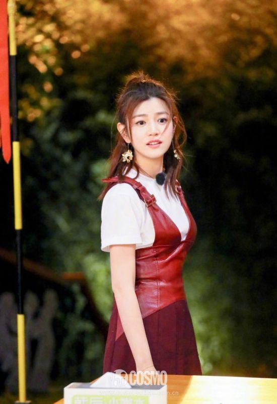 陈妍希换上C.J.YAO酒红色拼接仿皮连身裙