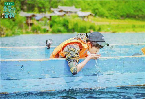 易烊千玺惊喜亮相《亲爱的客栈》乘船钓鱼少年气满满