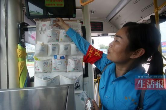 南宁一公交司机在车上放便民袋 免费提供应急物品