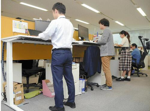 日企使用可升降电脑桌防止运动不足 呼吁站立办公1小时