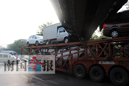 装得太高!大型货车