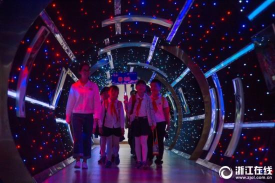 """别人家的学校!杭州一小学现""""星际隧道"""""""