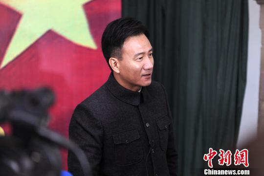 图为影片主演胡军接受媒体采访。 田进 摄