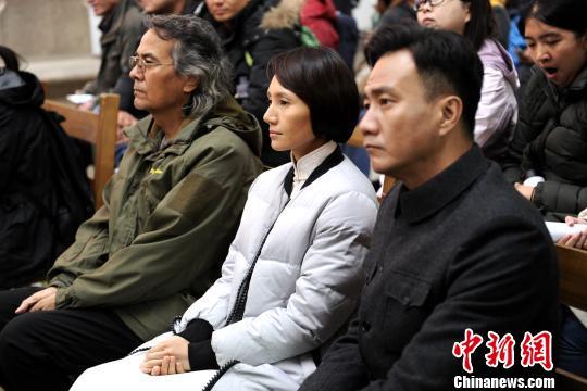 图为主演胡军、袁泉,导演西尔扎提・牙合甫等在首镜仪式现场。 田进 摄