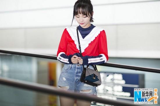 张嘉倪现身机场 大胆撞色少女感十足