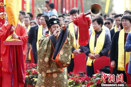 """2017年度海峡两岸""""中华民族敬天祈福""""活动采用古礼祭祀。 陈阳 摄"""