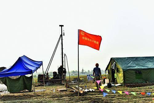 中國地質調查局在安新縣北六村田野中開展地質測量。攝影 劉向陽