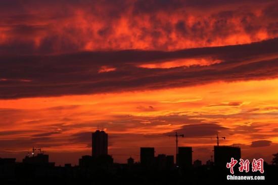 """日傍晚,受今年20号台风""""卡努""""影响,广西钦州市上空出现火烧云"""