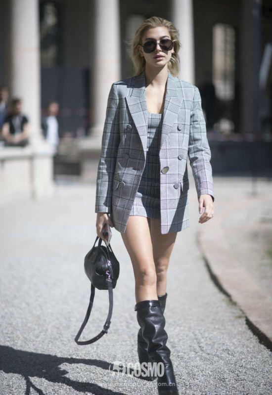 Hailey Baldwin 9月20日#米兰时装周#街拍,私服身着Alexander Wang格纹西装