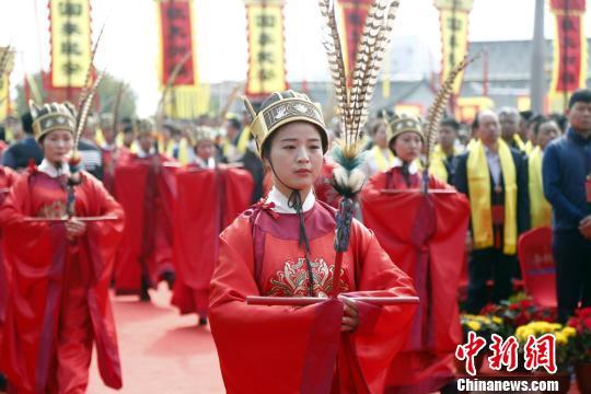 身着汉服的仪生奏雅乐、跳佾舞开启当天祭祀活动。 陈阳 摄