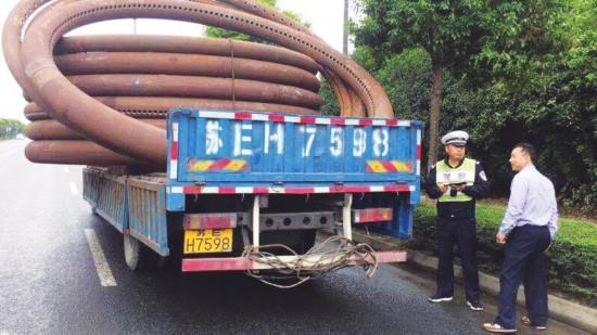 限宽两米货车载四米宽设备 被张家港交警拦下