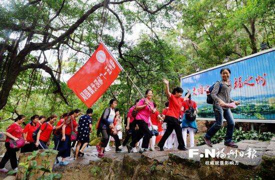 全国群众登山健身大会举行 福州3500人雨中登鼓山