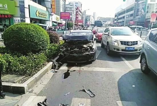 苏州男子无证偷开母亲轿车 当街连撞两车