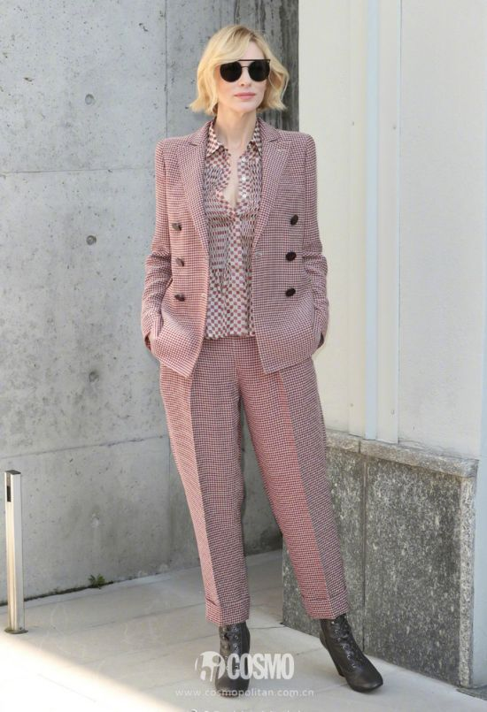 Cate Blanchett一身红色格纹西装,受邀出席Giorgio Armani 2018春夏米兰大秀