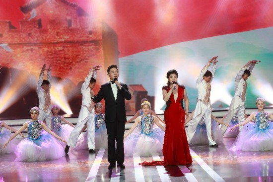 著名歌手么红、王传越演唱歌曲《爱国之恋》