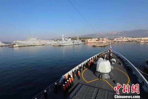 中国侨网编队扬州舰驶入法国海军土伦军港。 王攀科 摄