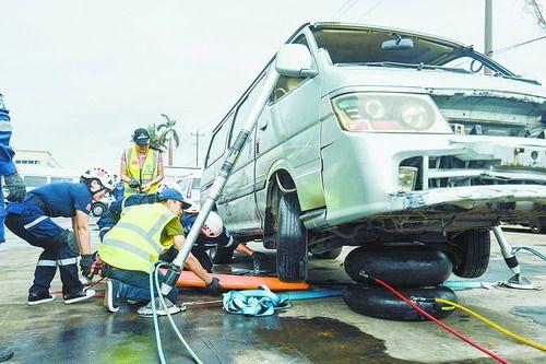 厦门:三分钟撑车五分钟拆门 曙光救援队举行车辆事故救援演练
