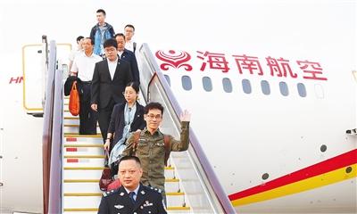 出席党的十九大的海南代表团抵京10月16日16时30分,一架海南航空客机徐徐降落在北京首都国际机场。出席中国共产党第十九次全国代表大会的海南省代表团,肩负着全省50多万党员和900多万各族人民的重托和期待走下舷梯,顺利抵达首都北京,参加这次举世瞩目的盛会。