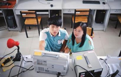 朴冠宇和李娇阳一起做科研本报记者刘阳摄
