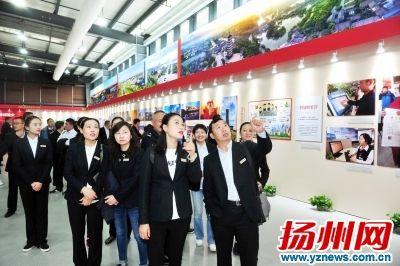 市民群众参观图片展。刘江瑞摄