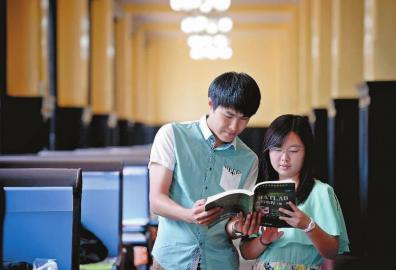 吉林大学学生朴冠宇(左)和李娇阳本报记者刘阳摄