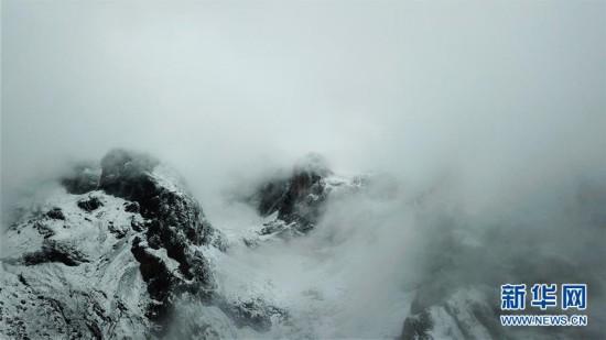 甘南扎尕那的雪山云海盛宴