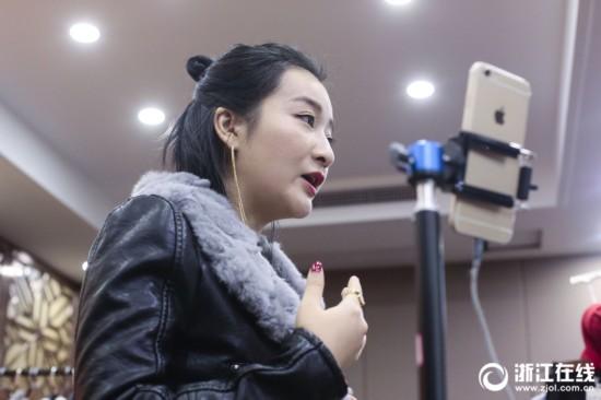 性感v性感日销百万元!杭州四季青开6个直播间毛版美女有海滩3图片