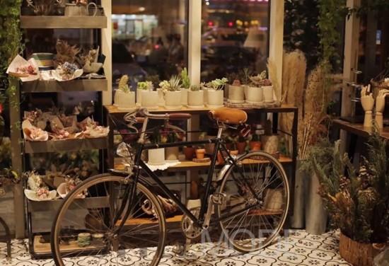 最特别的是,它还有一个小花店.