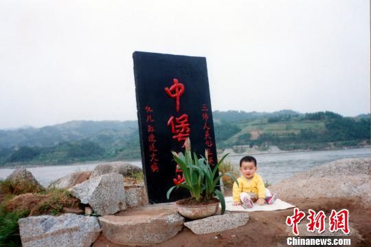 """摄影师连拍24年记录儿子与三峡大坝一起""""成长"""""""