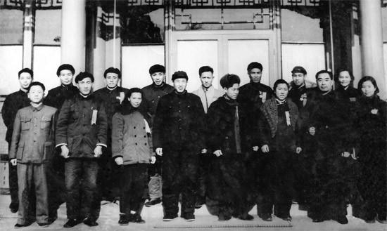 1958年12月31日,周恩来在北京中南海西花厅前客厅与颜太发等合影。前排右2为周恩来,前排右4为颜太发。