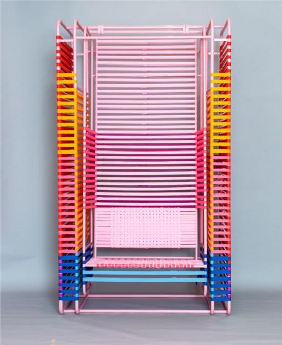 600根彩带组成多彩摇椅共享空间新选择