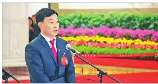 """黑龙江省党代表李新民走上""""党代表通道"""""""