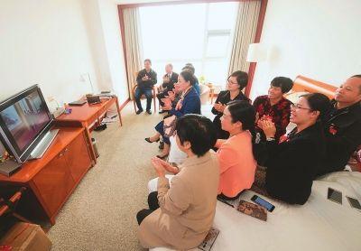 出席党的十九大的福建代表收看新一届中共中央政治局常委同中外记者见面直播