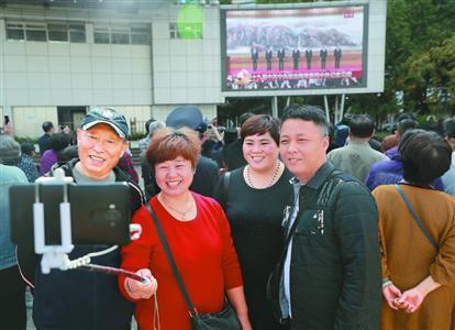 上海广大党员干部和群众表示:拿出勇气干劲 共创无愧时代业绩