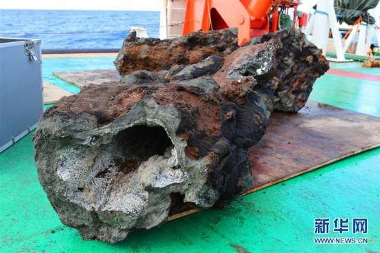 """""""向阳红01""""船在南大西洋获取海底热液""""烟囱体"""""""