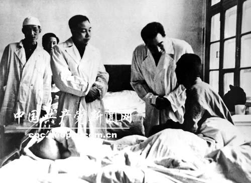 周恩来总理到医院看望志愿军伤员