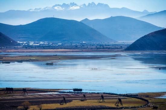 这是云南省迪庆藏族自治州香格里拉市境内的高山湖泊和草甸(2016年11月19日摄)。